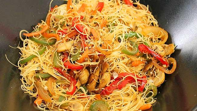 fideos-de-arroz-con-vegetales-y-salsa