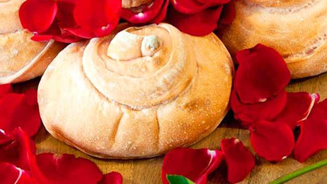 pan-con-petalos-de-rosas